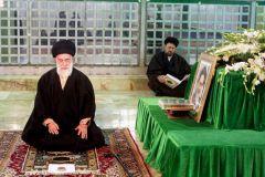 Imam Khamenei beim Maqam von Imam Khomeini